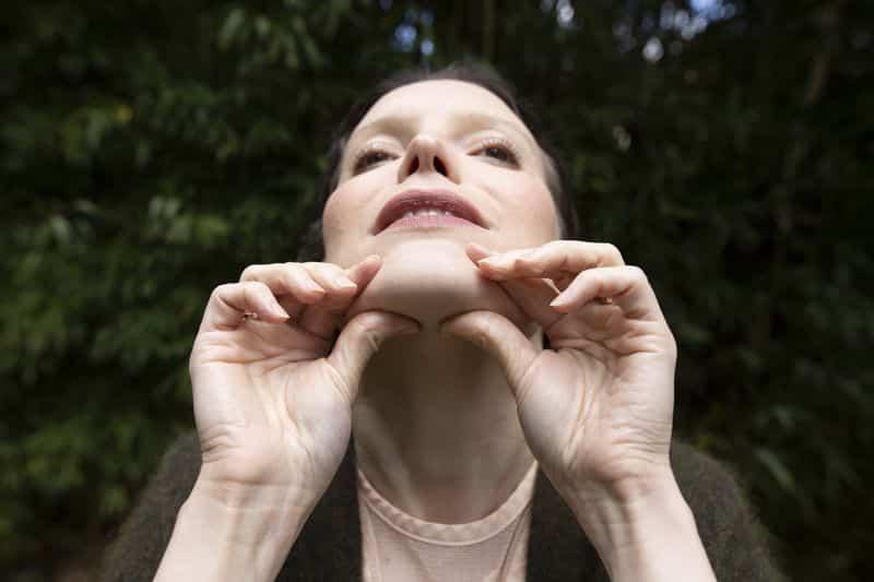 Pincez l'ovale du visage pour tonifier le double menton
